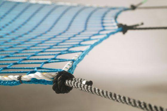 Auffangnetz mit Randseil und Aufhängeseil (blau)